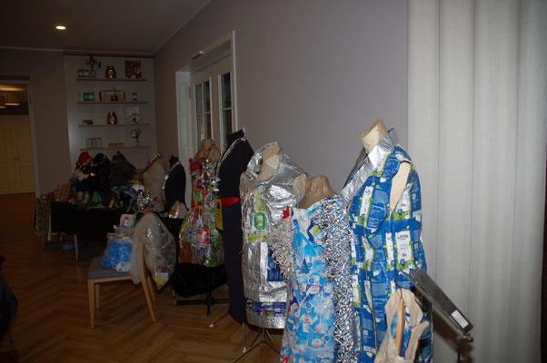 Kleidungsstücke aus Umverpackungen und Müll von Jutta Schröder
