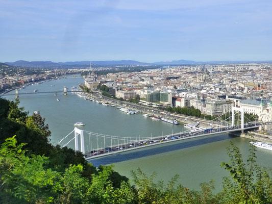 Blick vom Gellértberg auf Donau und Stadtteil Pest