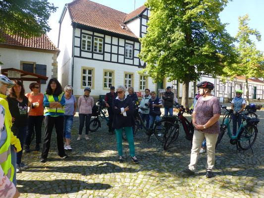 August-Reisegruppe auf dem Marktplatz in Bad Essen (© Ina Homfeld)
