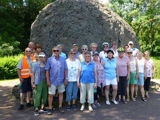 Gruppenfoto vor der Lavabombe bei Strohn in der Eifel