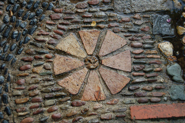 Mosaike charakterisieren Wege und Sitzecken © Ina Homfeld