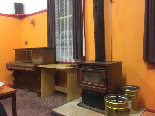 Am Ofen im Hostel aufwärmen