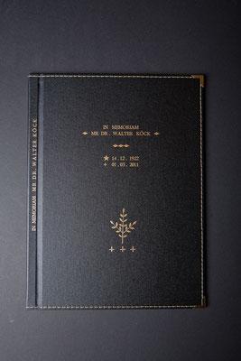 """Das Totenbuch """" IN MEMORIAM MR DR. WALTER KÖCK"""" (1922-2011) ist ein Nekrolog über den legendären Paznauner Talarzt und Volksschriftsteller. Verfasser, Chronist: Josef Walser"""