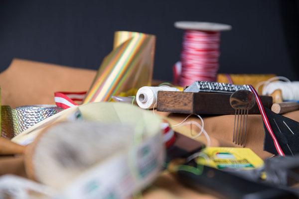 Traditionelles Handwerkzeug für Buchbinder: Schärfmesser, Bündezange, Lederschere, Trennmesser, Falzbein, Klischee, Stempel, Heftzwirn, Schnitzer, Metermaß, Holzhammer, Raspel, usw.