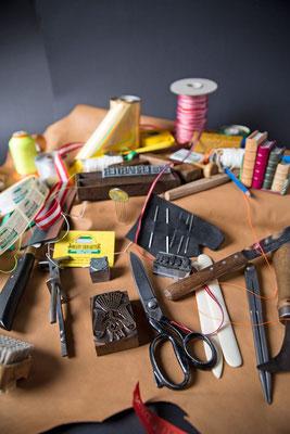 Traditionelles Handwerkzeug für Buchbinder: Schärfmesser, Bündezange, Lederschere, Trennmesser, Falzbein, Klischee, Stempel, Heftzwirn, Buchbinder, Buchbinderei, Der Buchbinder, usw.