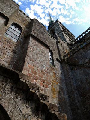 Un dettaglio dell'architettura con il campanile e la guglia