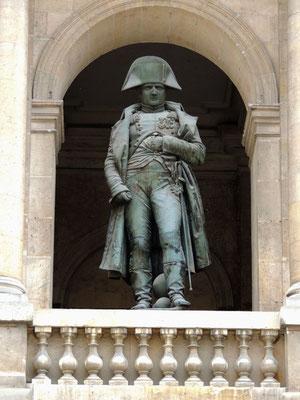 La statua di Napoleone Bonaparte nel patio d'onore