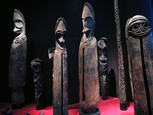 Sculptures anthropomorphes et tambours à fentes, Vanuatu