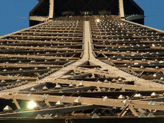 La cima della Tour Eiffel vista dal 2° piano