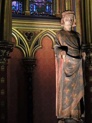 La statue de Saint Louis dans la chapelle basse