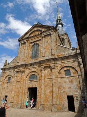 La facciata della chiesa abbaziale