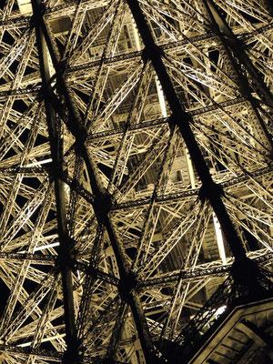 Un détail de l'architecture métallique éclairée
