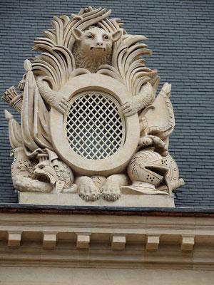 Un détail du décor de la cour d'honneur