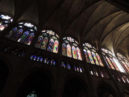La volta e le vetrate della navata centrale