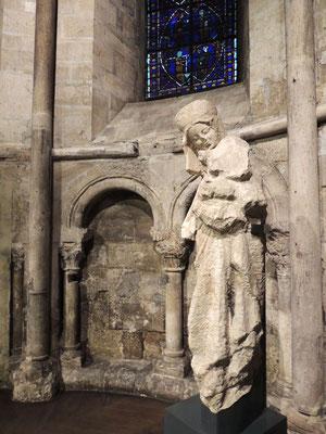 Una scultura della Madonna con il bambino del 13° secolo