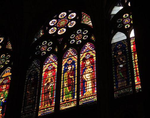 Una vetrata della navata laterale Sud