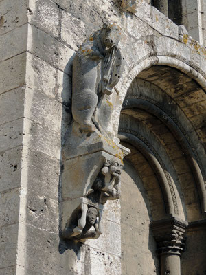 Un dettaglio del decoro esterno «l'asino che suona la viola»