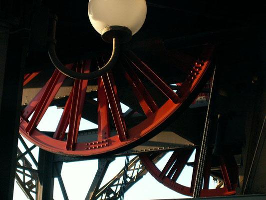 Un dettaglio del meccanismo degli ascensori