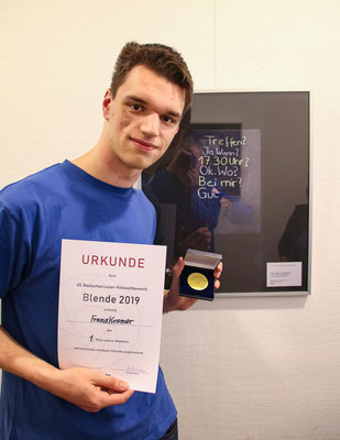 """Franz Kramer vor seinem Bild """"WhatsApp analog"""" - Foto: Kay Kramer"""