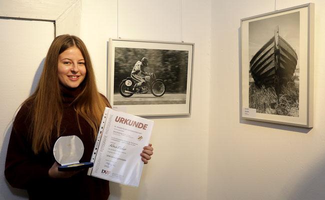 """Alina Escher vor ihrem Bild """"Raser"""" - Foto: Christian Scholz"""
