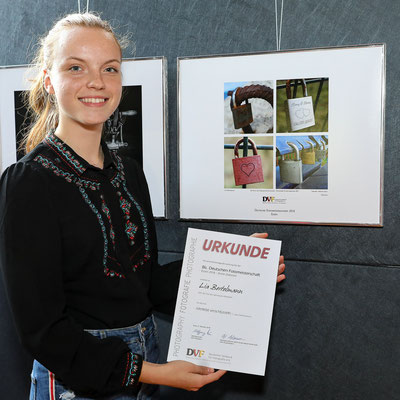 Lia Bertelmann vor ihrem Bild - Foto: Christian Scholz