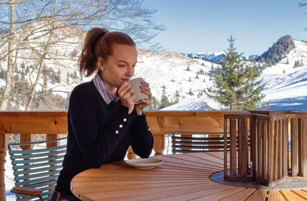 Terrasse mit Skihang im Hintergrund - Foto: Lilly Schönherr (HDR-Bild aus 3er Belichtungsreihe)