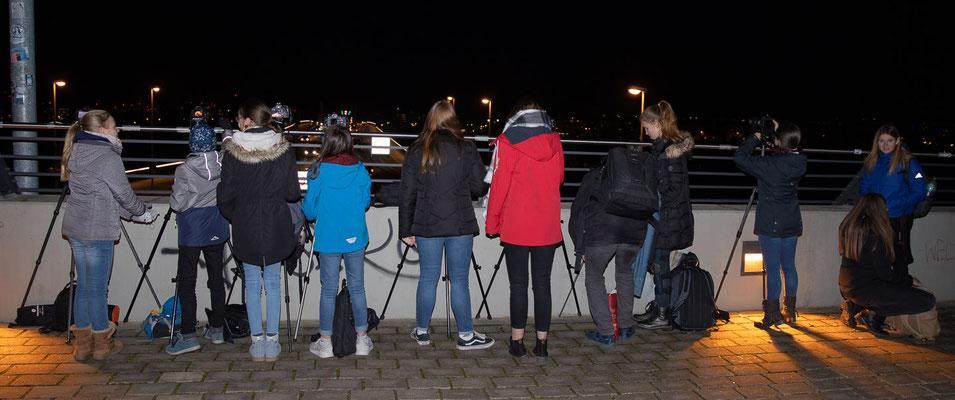 Erste Langszeitbelichtungen mit Lichterspuren der Autos - Foto: Rita Boden