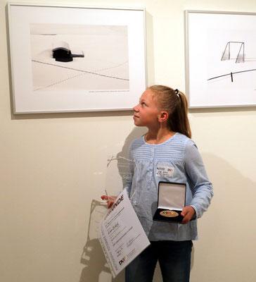Lisa Scholz vor ihrem Bild - Foto: Christian Scholz