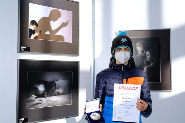 Nico Boden mit der Leistungsmedaille des Themenwettbewerbes Landesebene (Foto: Klaus Rutloff)