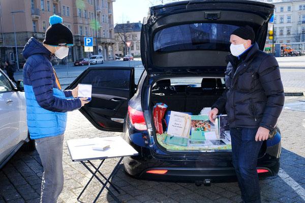 Übergabe Preise und Urkunden auf dem Parkplatz (Foto: Klaus Rutloff)