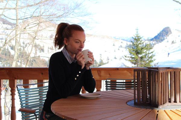 Terrasse mit Skihang im Hintergrund - Foto: Lilly Schönherr (unbearbeitet, EV±0 aus 3er Belichtungsreihe)