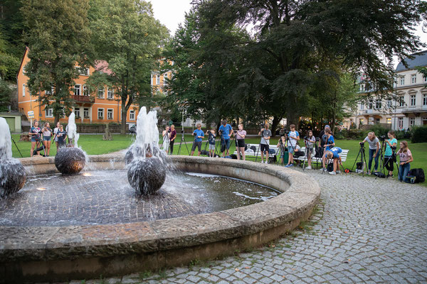 Fotografieren am Springbrunnen in Bad Schandau - Foto: Rita Boden