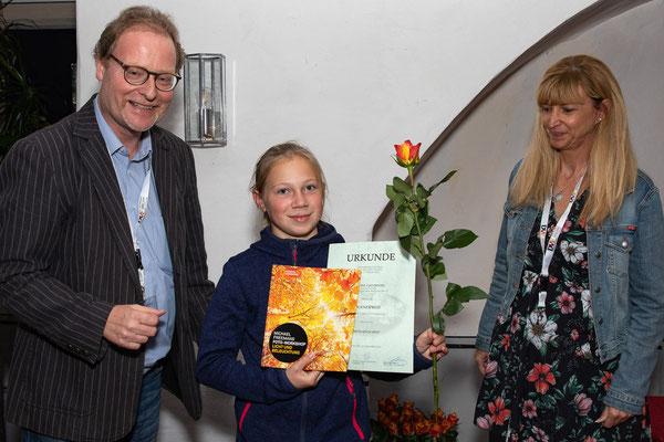 """Lisa Scholz nimmt für Pauline Zachmann den Jugendpreis für """"Mehlmädchen"""" entgegen - Foto: Rita Boden"""