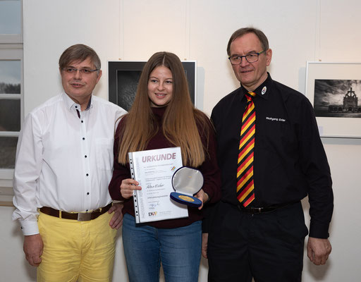 """Alina Escher erhält eine Medaille für das Bild """"Raser"""" - Foto: Rita Boden"""