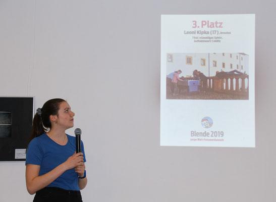 Leoni Kipka erhält bei der Preisverleihung in Berlin den 3. Platz - Foto: Kay Kramer