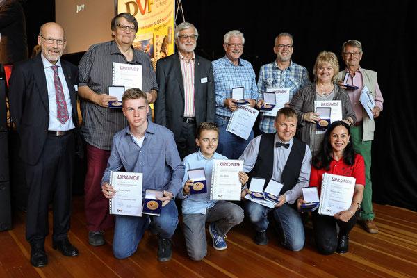 Alle anwesenden Preisträger mit Medaille - Foto: Christian Scholz