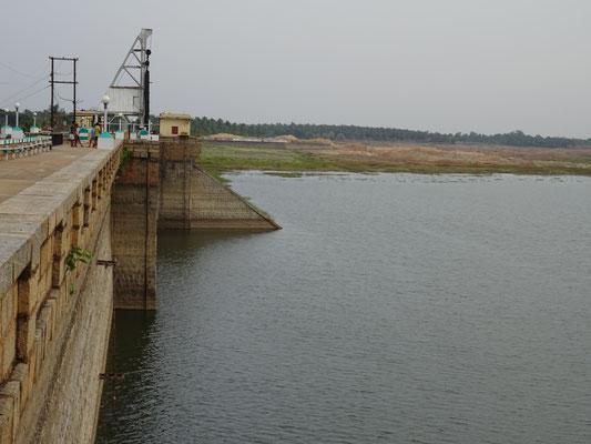 Der Staudamm, nach dem Monsun ist der Staudamm voll