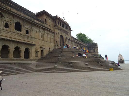 Treppe vom Fluss zum Tempel