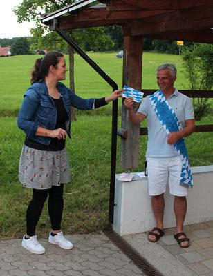 Karin Killy überreicht das Geschenk an Andi Frei