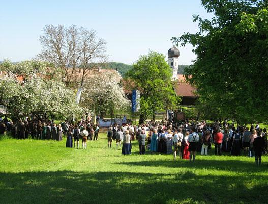 100 Jahre Gatenbauverein Holzolling: Festgottesdienst auf der Wiese am Köglberg
