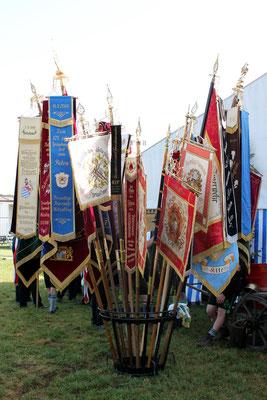 125 Jahre FFW Holzolling: Vereinsfahnen vor dem Festzelt