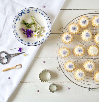 Kekse mit essbaren Blüten Veilchen und Gänseblümchen