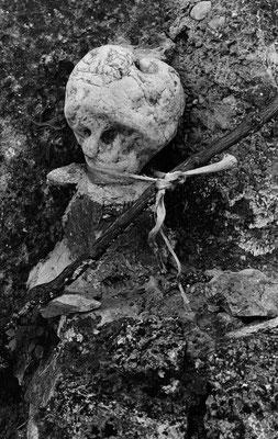 14 Fœtus attribué à tort à une des épouses du Golem: latitude 44.2410 ; longitude 5.0752