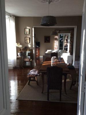la table d'hôtes est servie à l'intérieure ou sur le préau à l'ombre l'été à l'extérieur