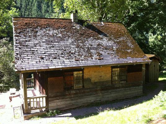 Seitenansicht der alten Hütte