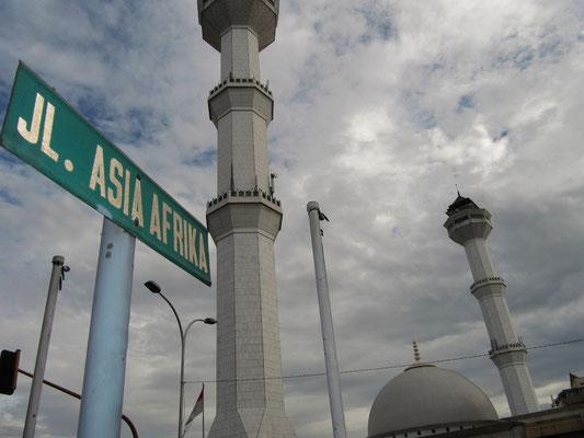 Die Asian-Africa-Straße, mit den Türmen der Agung-Moschee im Hintergrund.