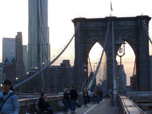 Walking the Brookly Bridge. Zum Zeitpunkt ihrer Fertigstellung 1883 war die Brooklyn Bridge die längste Hängebrücke der Welt; sie übertraf alle zuvor errichteten in ihrer Länge um mehr als 50 Prozent.
