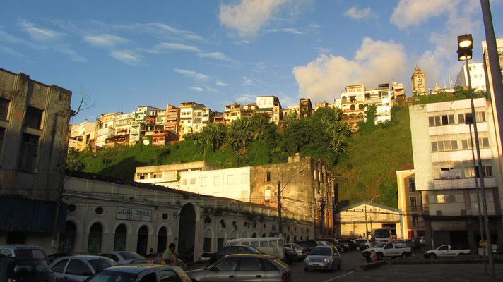Blick von unten nach oben. (Cidade Baxia und Cidade Alto)