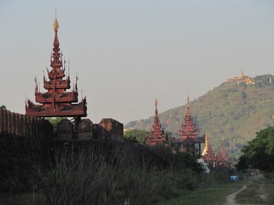 Palastmauer mit dem Mandalay Hill im Hintergrund.