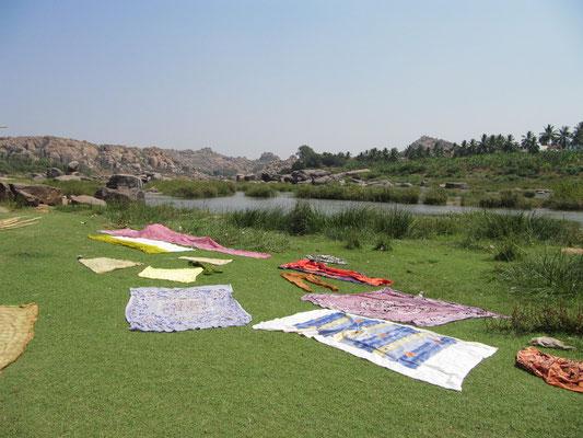 Decken beim Trocknen am Fluß. Bei Hampis Sonneneinstrahlung eine kurze Angelegenheit bis sie trocken sind.